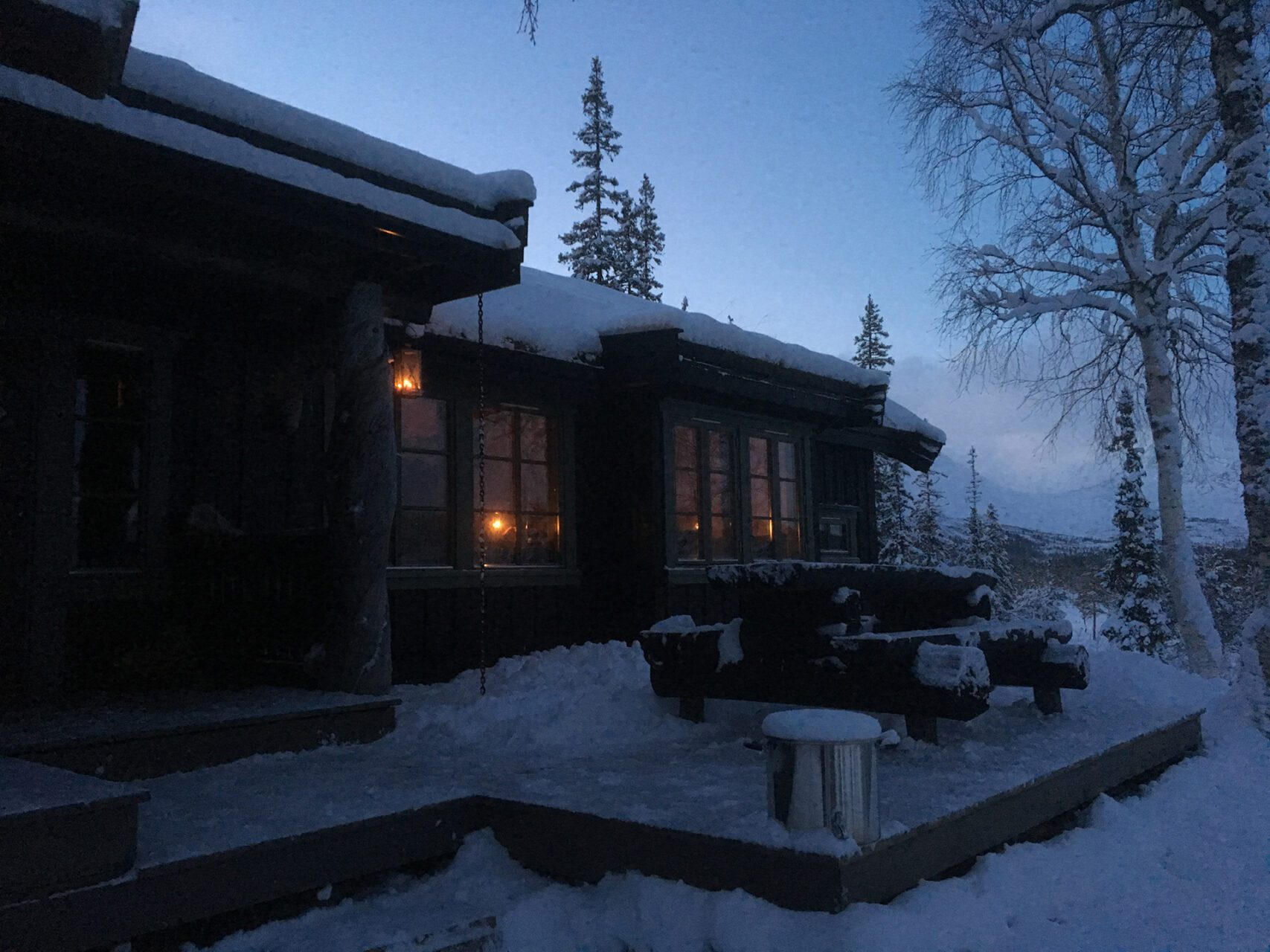 Picture of the outside of a cabin at dusk